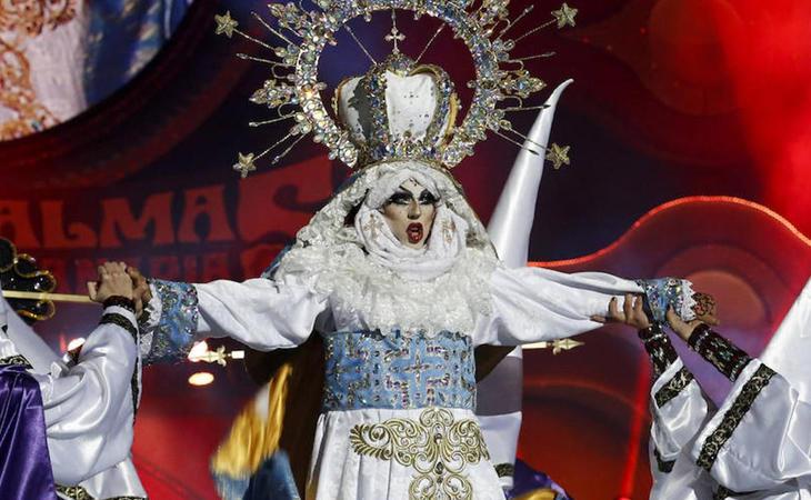 Actuación de Drag Sethlas como la Virgen María