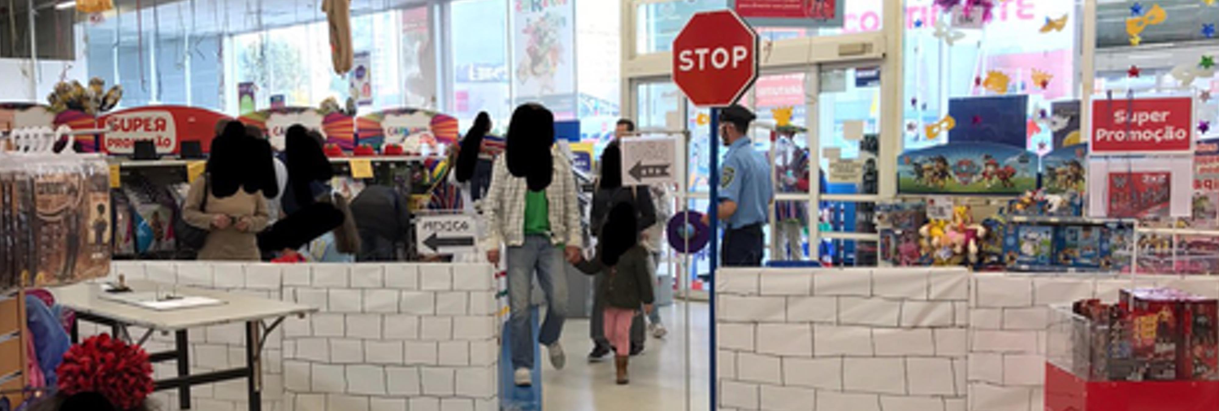Toys 'R' Us coloca en una de sus tiendas un muro como el de Trump y genera una ola de indignación