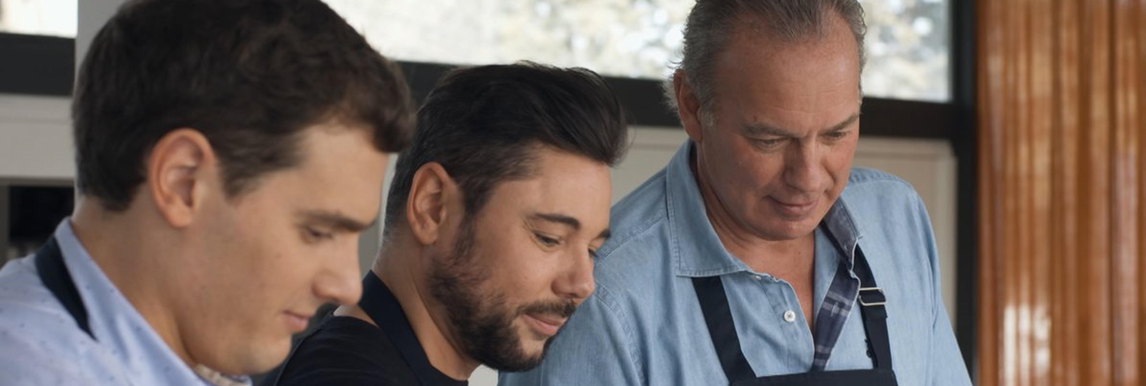 """Bertín Osborne siembra nueva polémica al darle un delantal a Miguel Poveda para su """"novia, madre o hermana"""""""