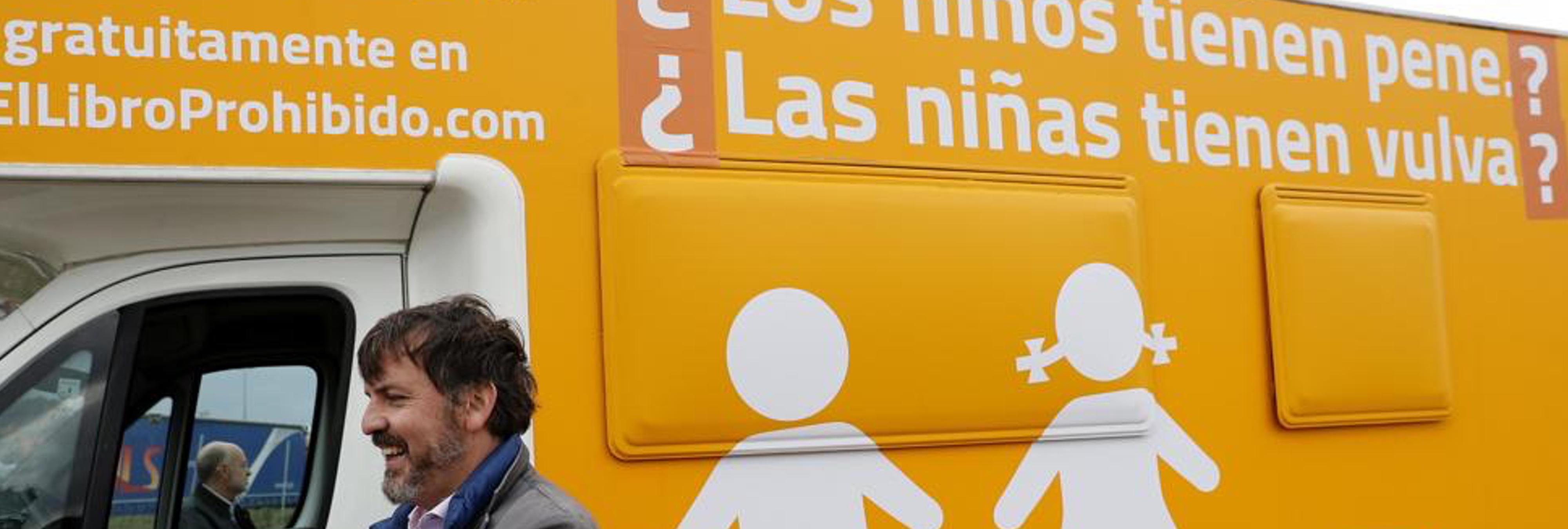Hazte Oír saca una autocaravana modificando su mensaje tránsfobo