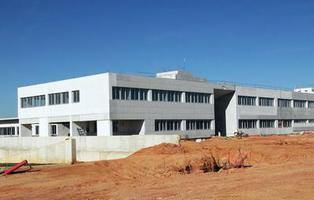 Construyen un hospital sin accesos, agua ni luz en Lepe