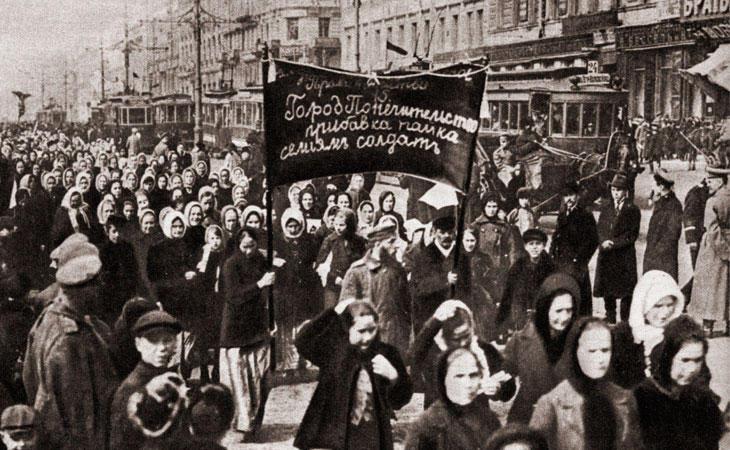 Mujeres rusas protestando en contra de la guerra
