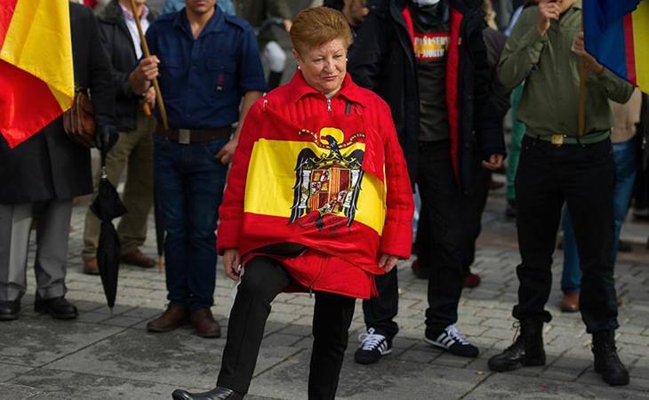 Adorable abuelita esperando el homenaje a Franco en las fallas