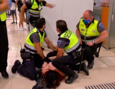 Un agente de seguridad agrede a una mujer trans en Barcelona: le propina violentos golpes y una patada tras ser reducida entre cinco