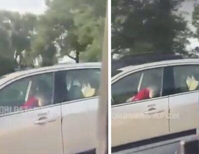 Graban a una pareja teniendo sexo a toda velocidad mientras uno de ellos conduce el coche