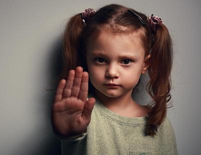 """Un hombre abusa sexualmente de una niña de cinco años y el juez le rebaja la pena porque ella """"no opuso resistencia"""""""