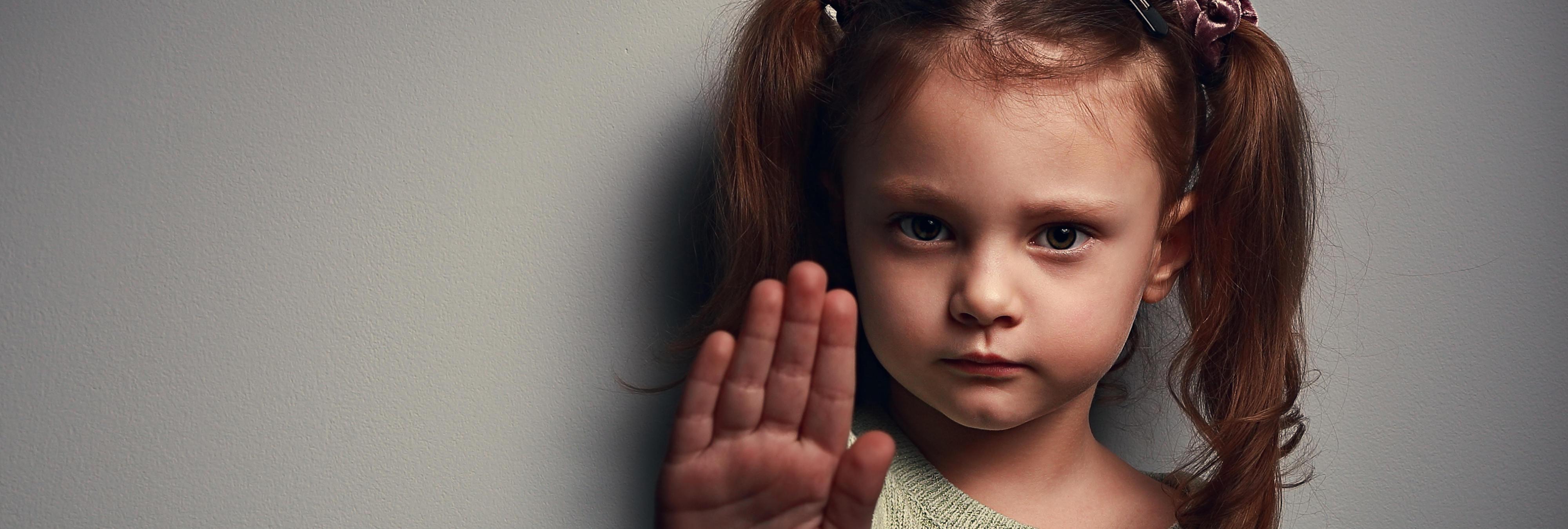 Un hombre abusa sexualmente de una niña de cinco años y el juez le rebaja la pena porque ella 'no opuso resistencia'