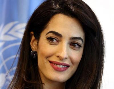 Amal Clooney propone soluciones en contra del ISIS y los medios responden hablando de su outfit