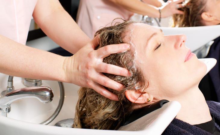 Señora jugándose la vida en la peluquería