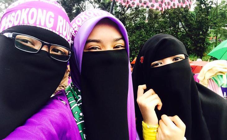 Activistas a favor de la RUU355, que pide una legislación islámica más estricta en el país asiático