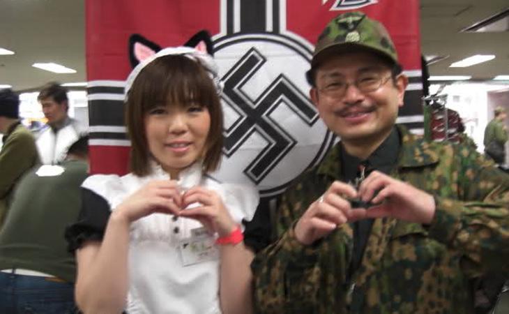Dos seguidores del estilo 'Nazi Chic'