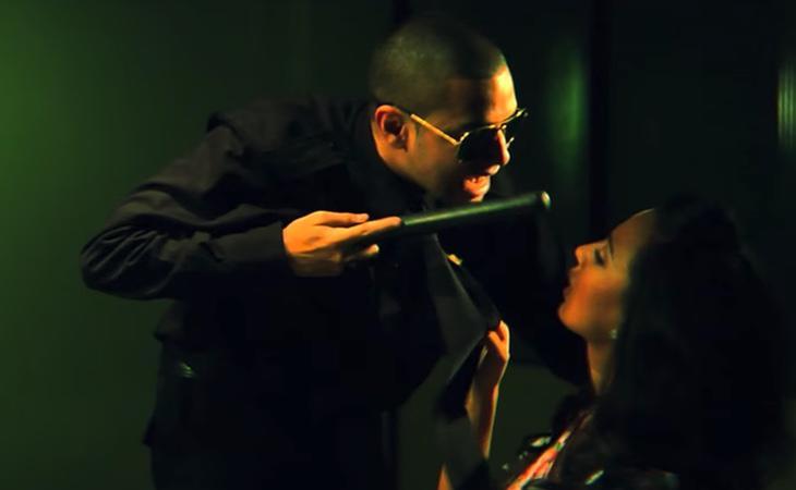 Fotograma del videoclip de 'Contra la Pared', en el que se incluyen frases como