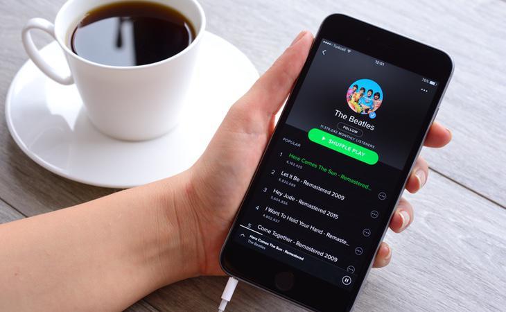 Un teléfono móvil ejecutando la aplicación Spotify