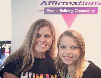 Un hombre transexual y su hija, también transexual, conciencian con su testimonio