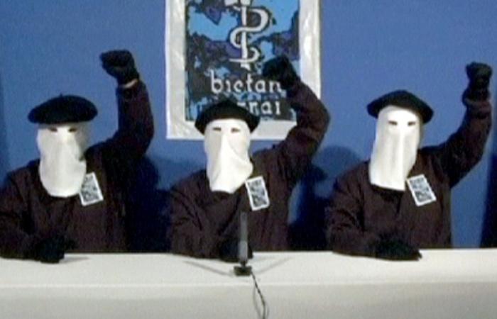 La banda terrorista ETA intentó pactar la entrega de armas con el Gobierno español
