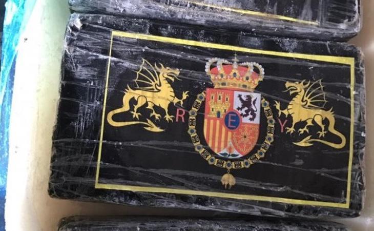 Fardos de cocaína con el emblema de Felipe VI