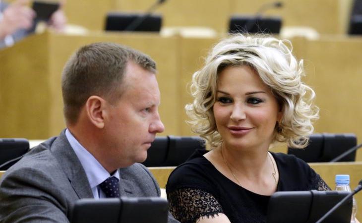 Denis Voronenkov junto a su esposa, la soprano María Maksákova