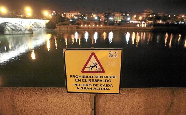 Una joven murió por caída tras intentar fotografiarse en el puente de Triana, Sevilla