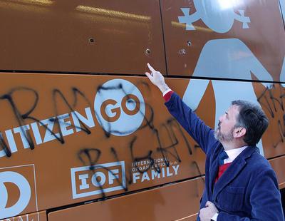 El autobús transfóbico de Hazte Oír también es boicoteado y atacado a su paso por Nueva York