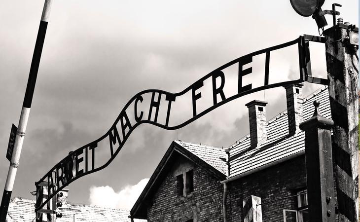 'El trabajo os hará libres' ha sido uno de los iconos de la barbarie nazi en el campo de exterminio de Auschwitz
