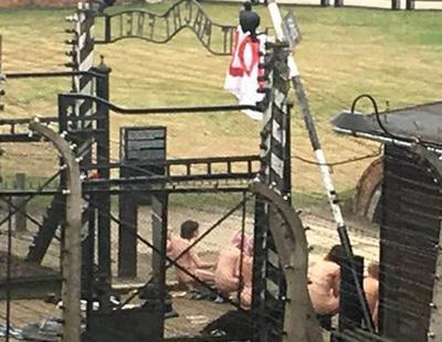 Varias personas degollan a una cabra tras desnudarse en Auschwitz