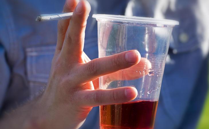 Los niños inteligentes están más abiertos a nuevas experiencias, incluyendo drogas y alcohol