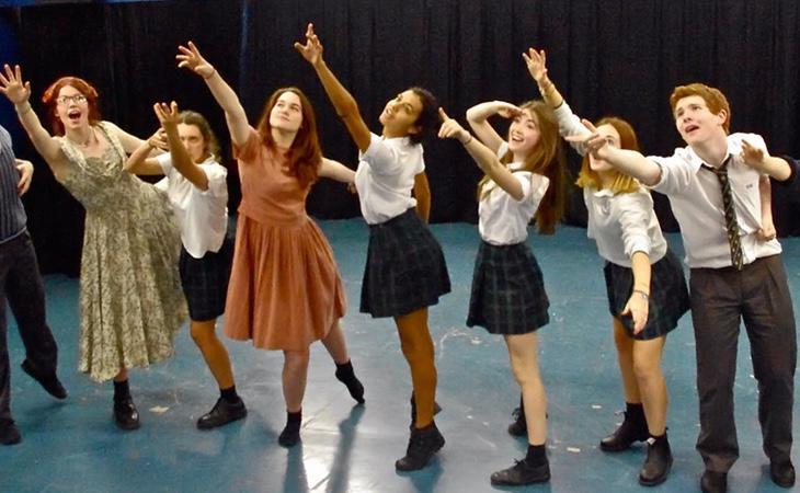 Alumnos del International Grammar School durante una clase de teatro
