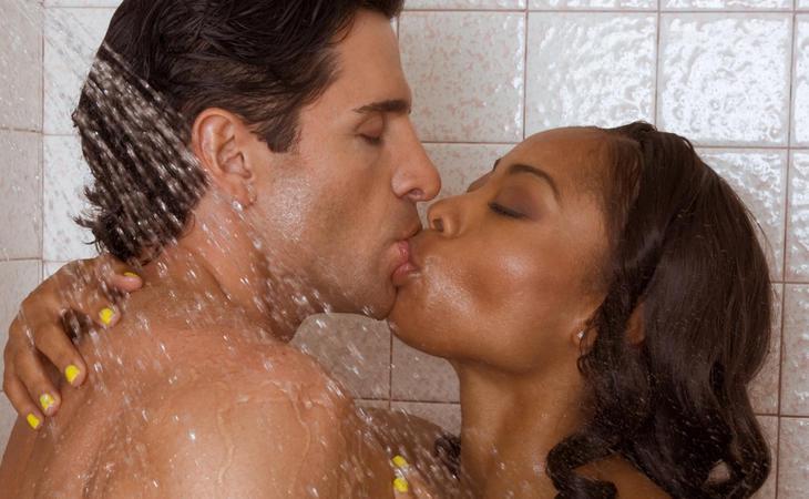 Sexo mañanero en la ducha... un 2x1