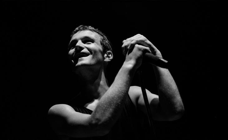 El cantante Tim Booth, durante una actuación en 1990