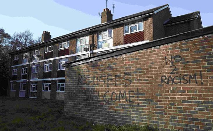 Las inmediaciones de la zona del ataque han amanecido con pintadas contra el racismo