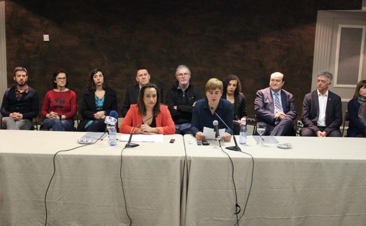 Imagen de la reunión en la que varios colectivos han apoyado el desarme de ETA