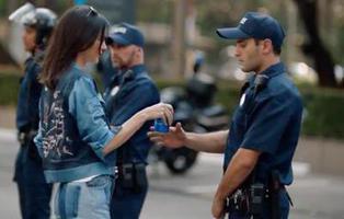 Pepsi retira un anuncio con la modelo Kendall Jenner en medio de la polémica