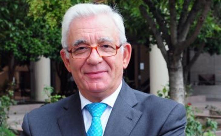 El consejero de Sanidad, Jesús Sánchez Martos, ha aprovechado la noticia para afirmar que se va a instaurar la hospitalización a domicilio para ahorrar
