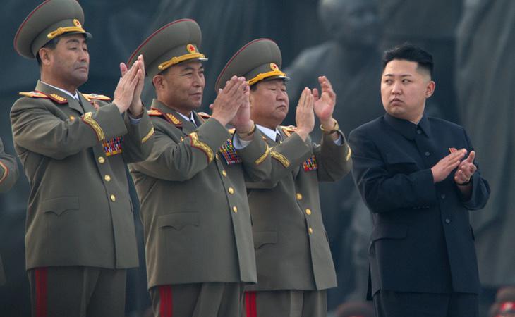 El presidente de Corea del Norte, junto a varios militares durante la celebración de un acto oficial