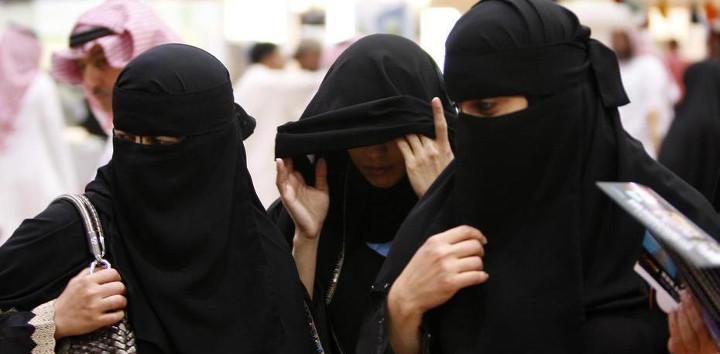 Deben llevar un hijab y un abaya, ambos negros