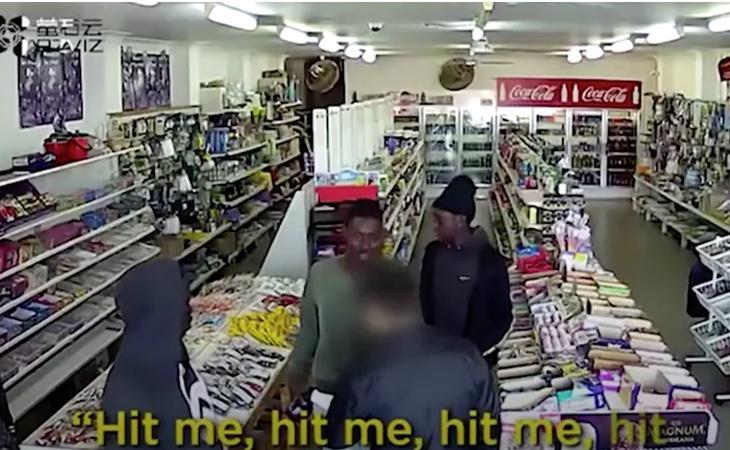 Momento en el que el dueño de la tienda amenaza a los ladrones con un palo de golf