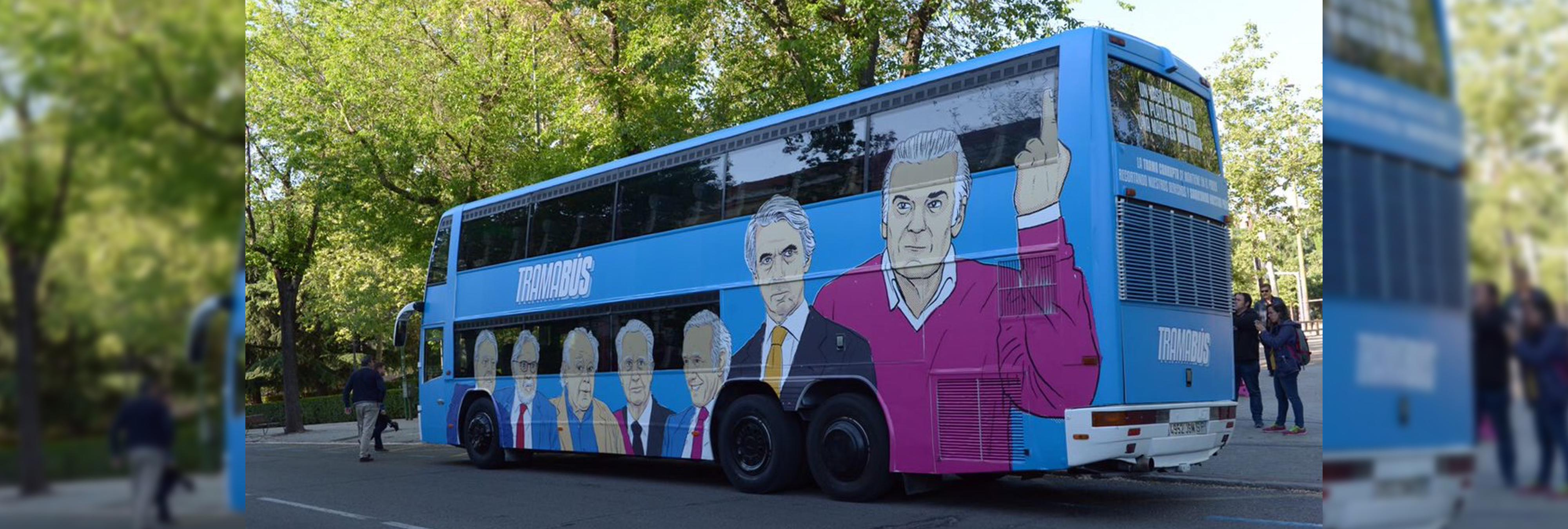 La policía local de Alcorcón detiene el 'Tramabús' de Podemos