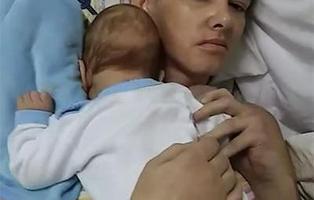 Da a luz estando en coma, y despierta tres meses después