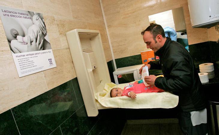 El ayuntamiento de Madrid ha instalado cambiadores de bebés en todos los edificios públicos