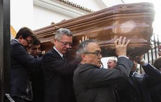 Gallardón despide a un exministro franquista mientras los presentes entonan el 'Cara al Sol'
