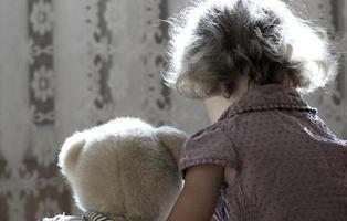 Acusado de violar reiteradamente a su hija de dos años y retransmitirlo en Internet