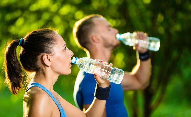 Los médicos recomiendan beber agua o leche antes que refrescos