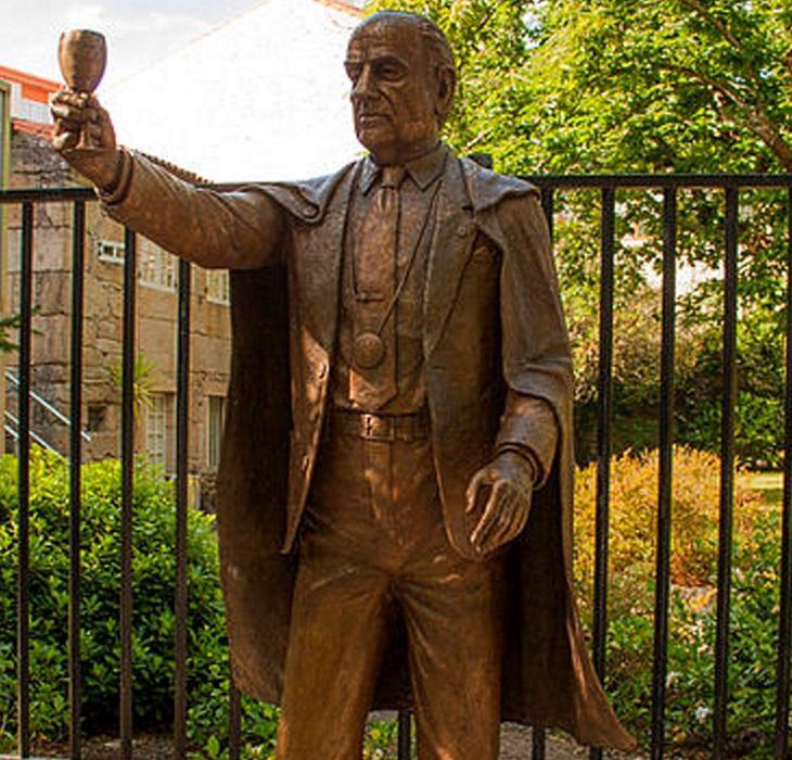 Estatua de Manuel Fraga retirada