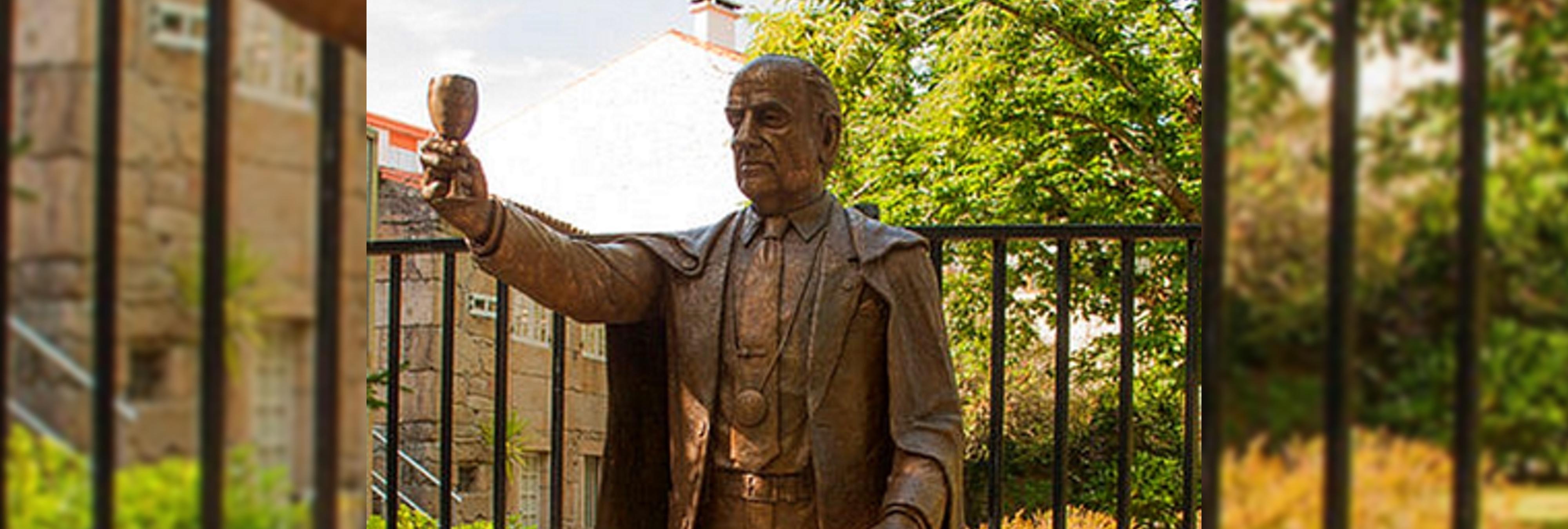 Retiran una estatua de Fraga en Galicia por su pasado franquista