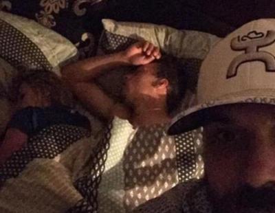 Pilla a su novia en la cama con otro hombre y decide hacerse un 'selfie' con ellos