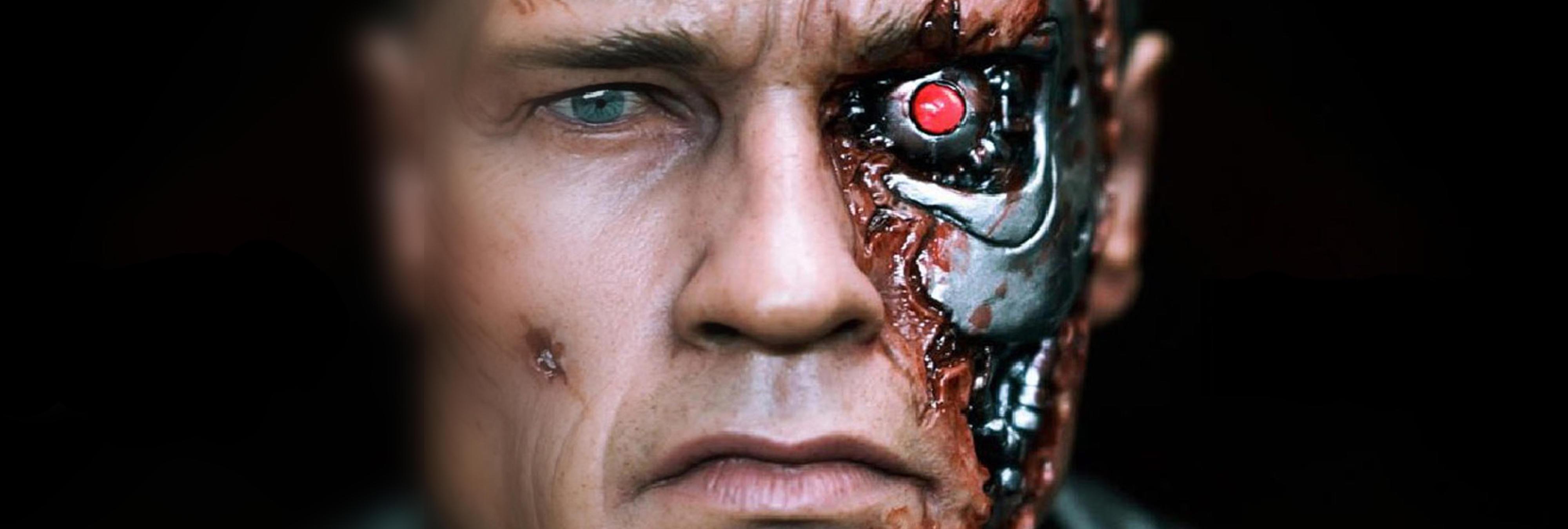 Un hombre se extirpa su ojo biológico para insertarse una cámara