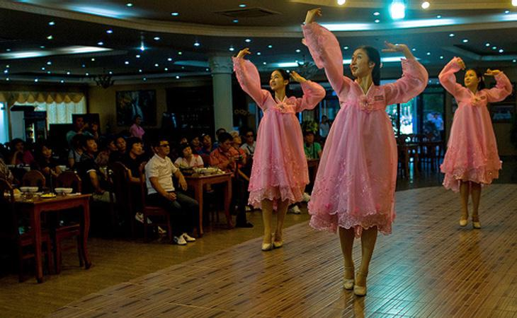 Varias bailarinas en el interior de uno de los restaurantes de Kim Jong-un