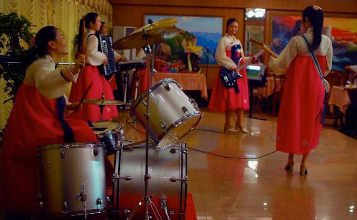 Una banda de música típica norcoreana ameniza las comidas