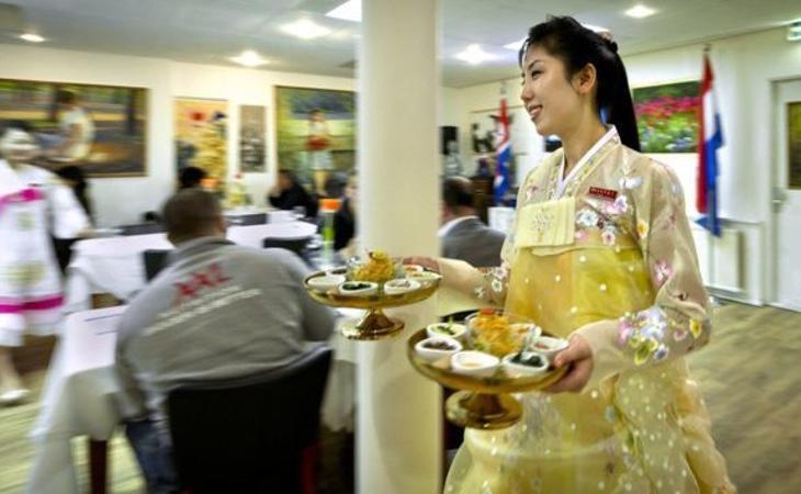 Una de las camareras de los restaurantes del régimen norcoreano
