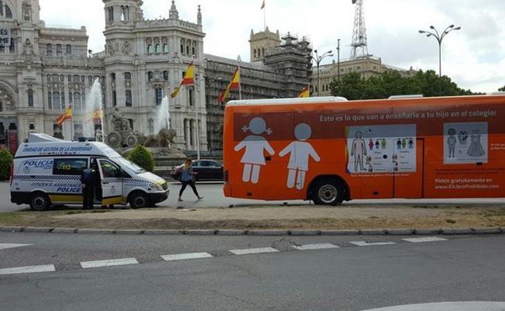 La decisión de paralizar el autobús transfóbico de Hazte Oír ha obtenido una nominación a una de las mejores sentencias judiciales
